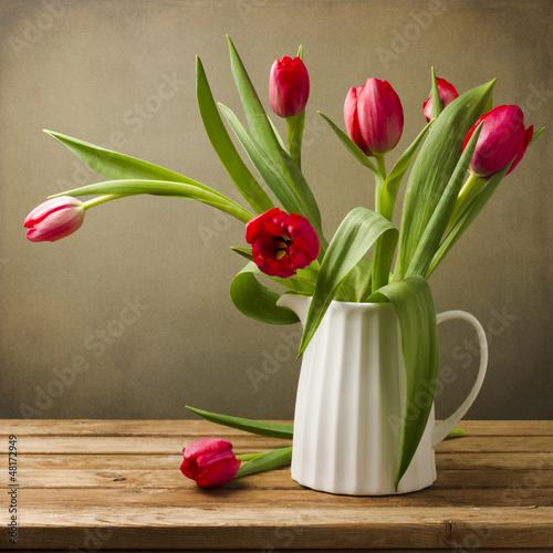 wciaz-zycie-z-tulipanu-bukietem-na-drewnianym-stole