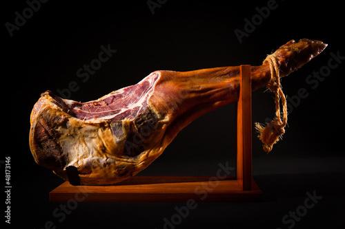Foto  Jamon serrano. A Spanish ham.