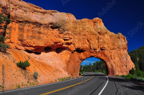 Canvas Print Red Arch road tunnel at bryce canyon