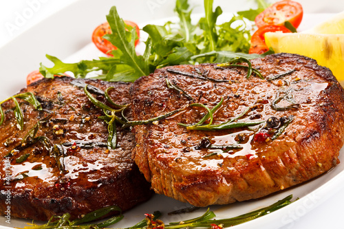 Papiers peints Steakhouse Grilled steaks and vegetables