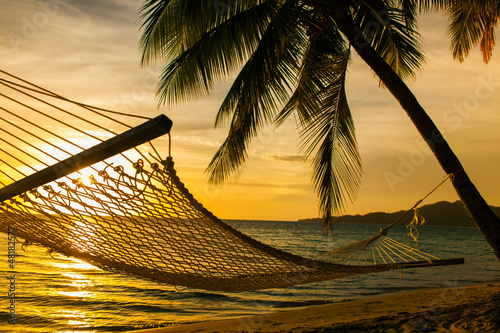 Foto-Leinwand - Hammock silhouette with palm trees on a beach at sunset (von Martin Valigursky)