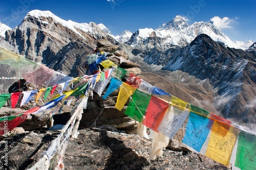 In de dag Nepal view of everest from gokyo ri with prayer flags - Nepal