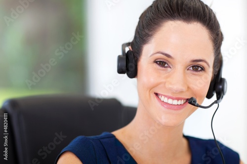 Fotografía  cute young business call center operator with headphones