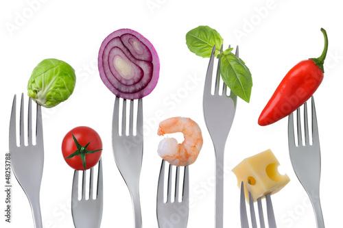 zdrowe-zrownowazone-jedzenie-na-bialym-tle