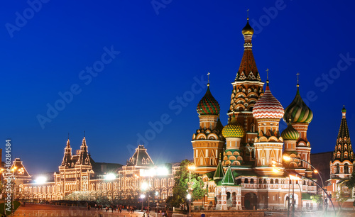 Poster Moskou Night view of Red Square and Saint Basil s Cathedral in Moscow