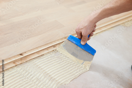 Obraz gluing parquet floor work - fototapety do salonu