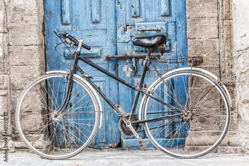 bialy-rower-przed-sklepem-w-marrakesh-maroko