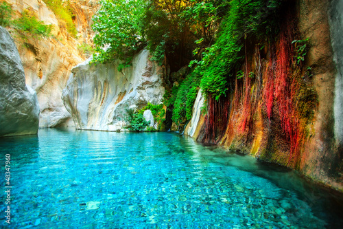 Fototapeten Wasserfalle Beautiful turquoise lake