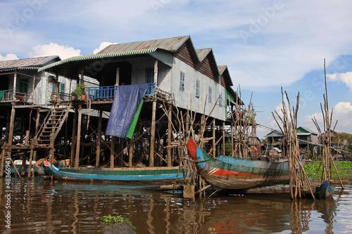 Canvas Print Maisons sur pilotis et barque de peche
