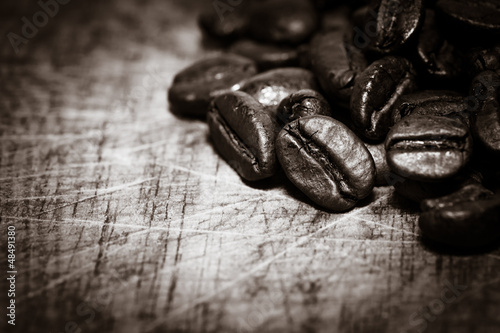 Photo sur Toile Cafe Coffee beans on grunge wooden background