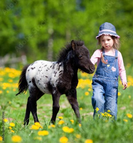 dziecko-i-zrebie-w-polu-na-wiosne