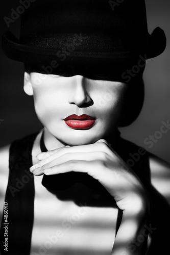 Photo  look under hat