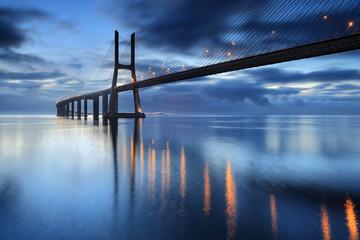 FototapetaNascendo o dia na ponte iluminada