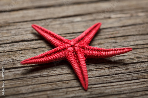 Doppelrollo mit Motiv - Close-up of red starfish on old wooden surface. (von viktoriagavril)