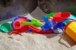 Buntes Spielzeug im Sandkasten
