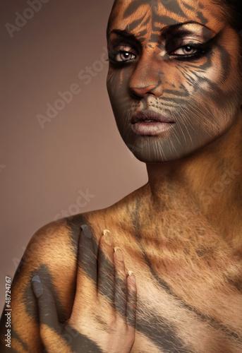 bliska-portret-kobiety-tygrysa