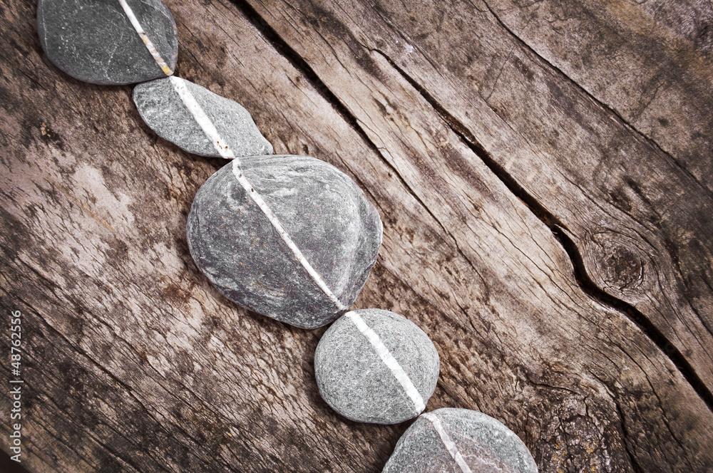 Leinwandbild Motiv - Delphotostock : Galets en ligne, fond bois