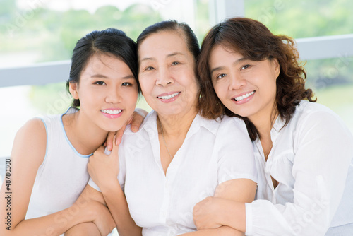 Photo  Senior woman with daughter and granddaughter