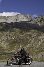 Motorradfahrer In Den Bergen - Schweiz