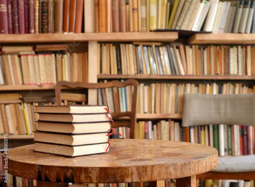 Poster Bibliotheque Bücher auf Tisch mit Regal