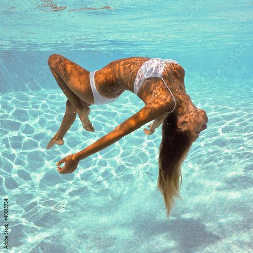 Fototapeta premium Dziewczyna portret pozuje podwodny z białym bikini.