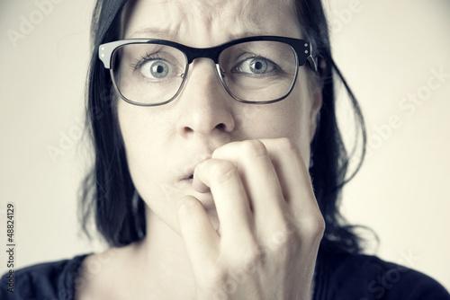 Fotografie, Obraz  Ängstliche Frau mit Brille