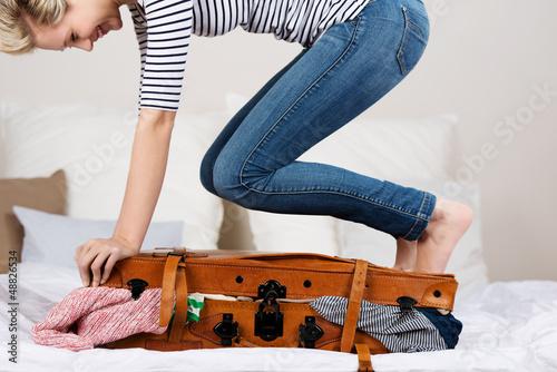 Fotografie, Obraz  lachende frau steht auf ihrem koffer