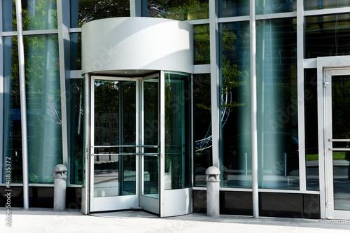 Fotografía  Eingang eines modernen Gebäudes
