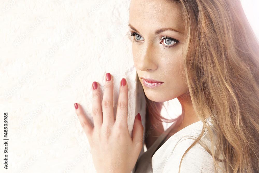Fototapeta kobieta z czerwonymi paznokciami