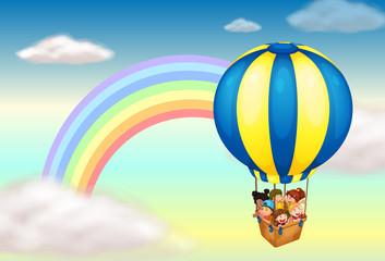 Balon na vrući zrak u blizini duge