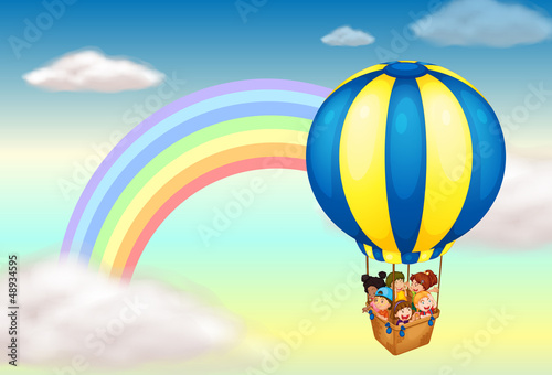 In de dag Regenboog A hot air balloon near the rainbow