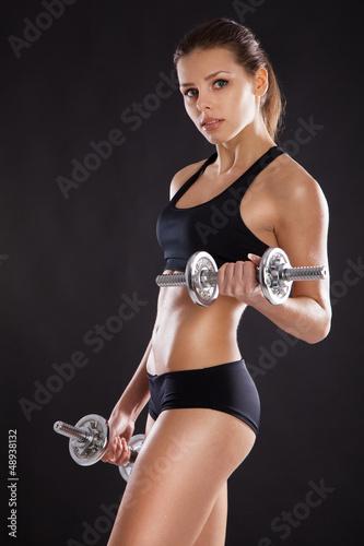 sportowy-kobieta-z-hantlami