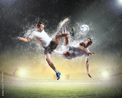 Ingelijste posters voetbal two football players striking the ball