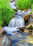 Szybka rzeka wśród kaskad kamieni. Naturalny krajobraz - 48944911