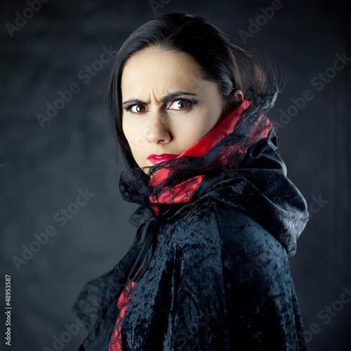 Obraz Gniewne spojrzenie pięknej młodej kobiety - fototapety do salonu