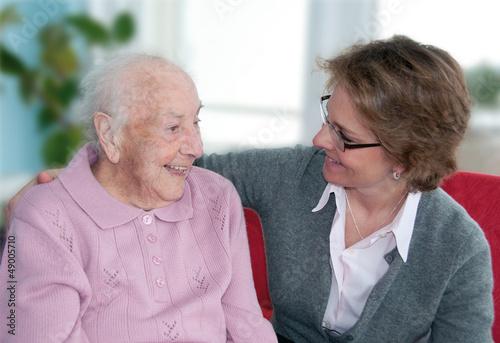 Fotografie, Obraz  Pflegerin im Gespräch mit alter Dame