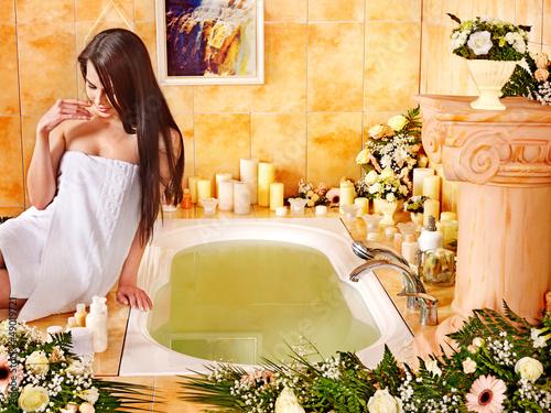 Plissee mit Motiv - Woman at luxury spa.
