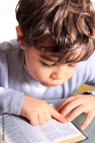 bambino a leggere la bibbia