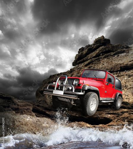czerwony-pojazd-terenowy-na-terenie-gorskim