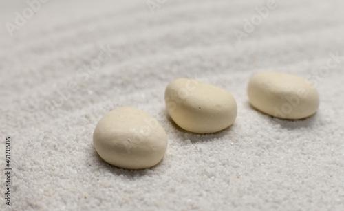 Photo sur Plexiglas Zen pierres a sable pierres dans le sable