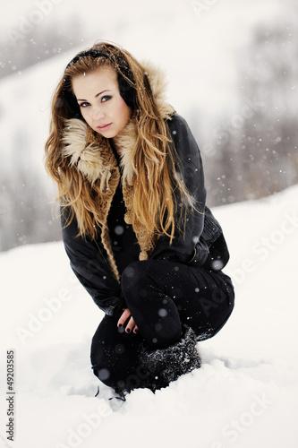 Obraz Piękna dziewczyna bawi się na śnieżnym zboczu góry - fototapety do salonu