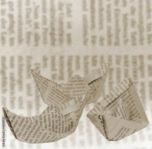Fotobehang Kranten Boote aus Zeitungspapier