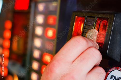 Inserting pound sterling coin into Gaming machine Plakat
