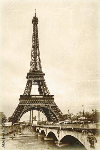 La tour eiffel sépia effet ancienne photo carte postale #49292561