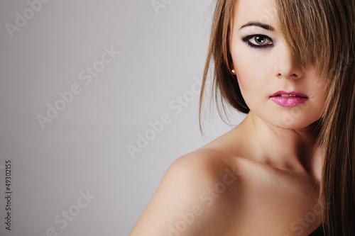 Młoda kobieta z warkoczem w ciemnej tunice - fototapety na wymiar