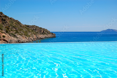 Foto-Kissen - Infinity swimming pool with a view on Aegean Sea at the luxury h (von slava296)