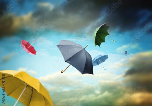 kolorowe-parasole-na-tle-pochmurnego-nieba