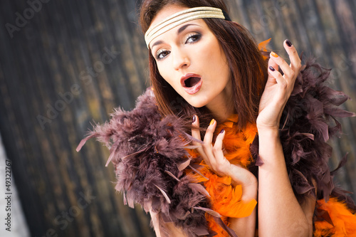 Photo  singing actress in brown and orange boa
