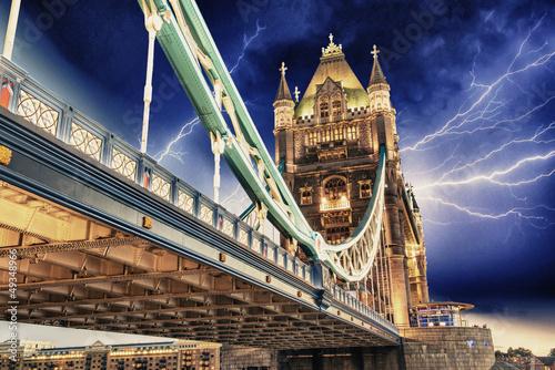 burza-nad-tower-bridge-noca-londyn