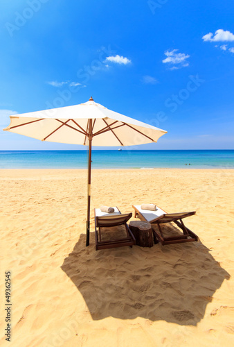 Foto-Leinwand - beds and umbrella on a beach (von Netfalls)